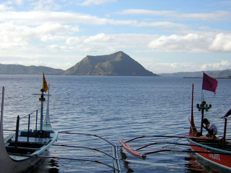 Taal_lake_view_paradisephilippines.jpg